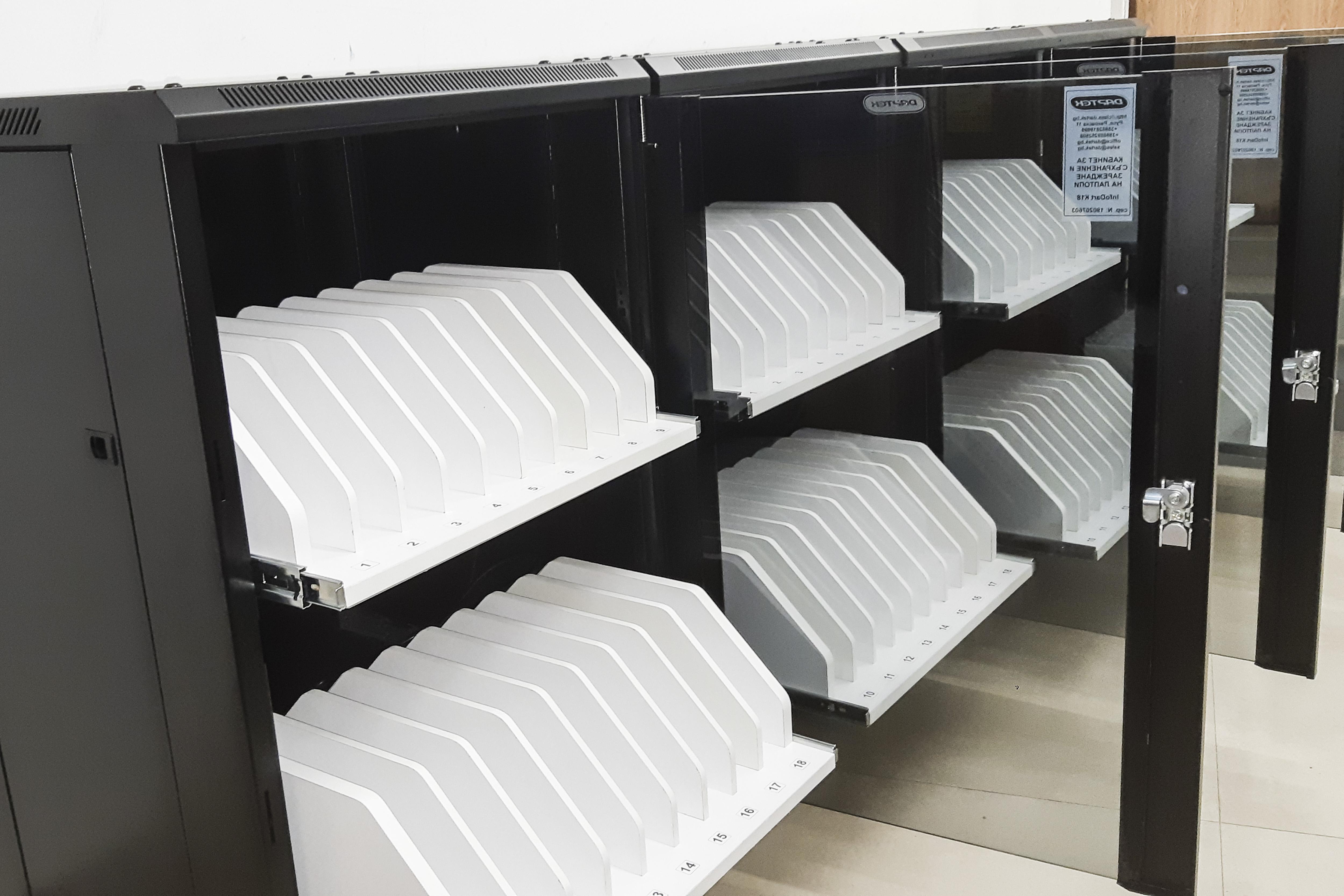 Кабинет-шкаф за зареждане на лаптопи